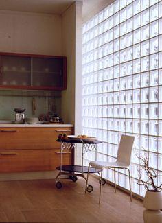 Has been la cloison en briques de verre ? Glass Blocks Wall, Glass Block Windows, Block Wall, Glass Walls, Brick Design, Wall Design, House Design, Brick Interior, Interior Walls