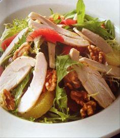 Hazırlama süresi: 20 dakika  4 kişilik  Gerekli malzeme:  2 parça tavuk göğüs eti 4 çorba kaşık zeytinyağı 400 gr karışık Akdeniz yeşillikleri 1 adet greyfurt 8-10 adet ceviz Tuz, karabiber Sos için: 2 çorba kaşığı Balsamik sirke 3 çorba kaşığı zeytinyağı 1 fiske tuz    Zeytinyağını bir tabağa koyup tuz ve karabiberle karıştırın. Tavuk göğüs etlerini karışıma bulayıp fırın tepsisine yerleştirin. Önceden ısıtılmış 180 derece fırında 15 dakika pişirin.