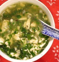 モロヘイヤはネバネバした食感が特長の緑黄色野菜です。粘り成分の「ムチン」には粘膜を保護し、消化不良や食欲不振を防ぐ働きがあると言われています。暑くてお疲れ気味の方は、モロヘイヤのスープを作ってみてはいかがでしょうか?スープにすれば、食欲がないときでも手軽に食べられるはず!