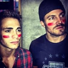 Colton Haynes (Roy Harper) and Stephen Amell (Oliver Queen) on the set of Arrow. Colton Haynes, Green Arrow, Robie Amell, Teen Wolf, Arrow Cast, Stephen Amell Arrow, The Flash Grant Gustin, Roy Harper, Team Arrow