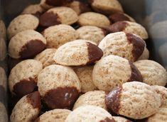 vánoční cukroví   Recepty Small Desserts, Sweet Desserts, Baking Recipes, Dessert Recipes, Czech Recipes, Xmas Cookies, My Dessert, Waffle Iron, Yummy Treats