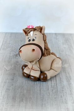 LIL' HORSEY she always looks soo cute . Polymer Clay Ornaments, Polymer Clay Figures, Cute Polymer Clay, Polymer Clay Animals, Fondant Figures, Polymer Clay Projects, Clay Crafts, Fondant Cake Tutorial, Fondant Toppers