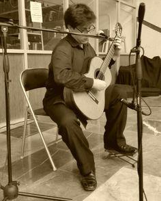 Miguel Ángel Velazco, interpretando  canciones populares mexicánas con guitarra acústica #Chabacano #L2