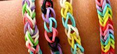 <p>Existe várias formas de fazer as famosas pulseiras de elásticos, agora vamos ver a forma básica para fazer as pulseiras. Material necessário : Elásticos de 2 cores diferentes, conforme o seu gosto; Fecho em C ou S Agulha (opcional) Pode assistir ao passo a passo neste video.</p>