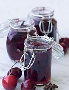 Søde kirsebær bliver til en fin marmelade med en intens smag af stjerneanis, vanilje og friskrevet ingefær. Brug en god kirsebæreddike, eller hvis du ikke kan finde det, så brug æbleeddike, som begge giver en god balance i smagen.