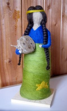 Muñeca de fieltro, representa etnia Huilliche de Chiloé Wet Felting, Needle Felting, Felt Fairy, Africa Art, Sewing Dolls, Felt Dolls, Native American Indians, Felt Crafts, Different Styles