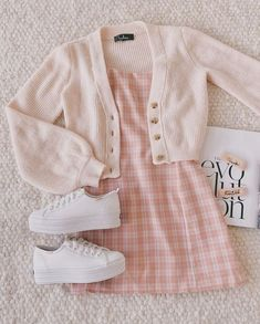 outfit goals for school casual / outfit goals for school Teen Fashion Outfits, Retro Outfits, Girly Outfits, Cute Casual Outfits, Cute Fashion, Summer Outfits, Pink Cardigan Outfits, Cropped Sweater Outfit, Light Pink Cardigan