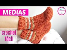 Easy To Crochet Beautiful Slipper Socks Free Pattern [video] Crochet Socks Tutorial, Easy Crochet Slippers, Fingerless Gloves Crochet Pattern, Bonnet Crochet, Crochet Slipper Pattern, Crochet Shoes, Crochet Beanie, Crochet Clothes, Crochet Simple