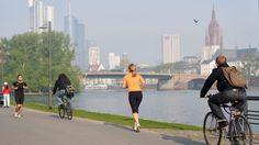 Wählen Sie Ihre Laufstrecke selbst, indem Sie am nahegelegenen Mainufer entlanglaufen und eine der vielen Mainbrücken überqueren und auf der gegenüberliegenden Seite wieder zurücklaufen und auch hier wieder eine Brücke Ihrer Wahl für den Rückweg nutzen.  Des Weiteren gibt es in Frankfurt viele schöne Parks zum Joggen und Flanieren – bitte fragen Sie hierzu unser Rezeptionsteam.