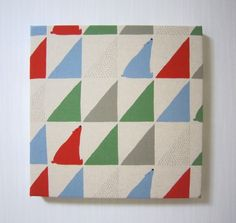 さんかくシロクマのファブリックパネル(赤)♪---------------------------------------- 並んだ三角形の中に隠れてるシロク...|ハンドメイド、手作り、手仕事品の通販・販売・購入ならCreema。