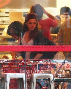 Kristen Stewart foi fotografada enquanto estava com amigos no restaurante Two Boots em Los Angeles na última sexta-feira (26). Só agora as fotos apareceram