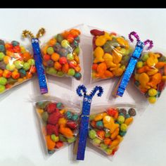 Easy fun crafty classroom snack idea.   Made with clothespins, googley eyes, pipe cleaners, paint, glitter, snack size sandwich bags and of course a snack. My daughter chose Trix cereal and Rainbow Goldfish as her snack.