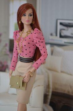 Ella se va a trabajar con su hermosa ropa.
