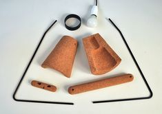 """El diseñador Craig Foster ha creado una ingeniosa lámpara """"flatpack"""" que puede ser armada sin necesidad de tornillos o pegamento. Utilizando metal y corcho, esta luminaria de escritorio es naturalmente sustentable, pudiendo ser reciclada fácilmente. La sencillez de este diseño hace de Kurk una opción radicalmente diferente a las complejas lámparas en el mercado que…"""