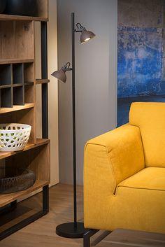 Lampa podłogowa DAMIAN wykonana jest z wysokiej jakości stali w kolorze czarnym. Posiada dwa ruchome klosze w kolorze rdzawobrązowym. W serii dostępny jest także żyrandol, kinkiet oraz lampka biurkowa.