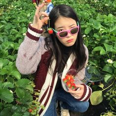 IU Picks Strawberries with Her Fashion Forward Dad Kpop Girl Groups, Kpop Girls, Korean Actresses, Actors & Actresses, Cool Girl, My Girl, Sulli, Kpop Aesthetic, Ulzzang Girl