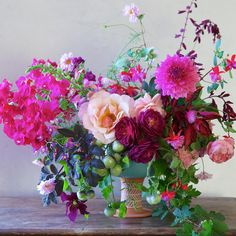 San Francisco-based floral designer Inquiries: hello@tulipina.com Weddings, workshops, and floral inspiration