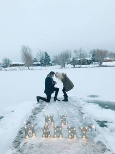 So in love with this romantic snowy marriage proposal! It was a perfect surprise, and the engagement photos are unbelievable.