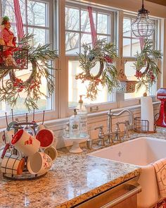 Here are the best Rustic Christmas Decor Ideas. These Farmhouse Christmas decor brings in the traditional vibes in your Christmas Tree to your home decor. Decoration Christmas, Farmhouse Christmas Decor, Xmas Decorations, Rustic Christmas, Christmas Home, Farmhouse Decor, Holiday Decor, White Christmas, Elegant Christmas