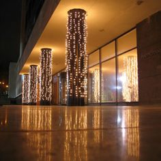 Pastatų kolonos - aristokratiška detalė, kurią būtina pabrėžti dekoruojant erdvę.