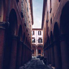 Passeggiando per #mybologna  nella quiete dei #portici_di_bologna . Qui siamo in via San Giorgio direzione via Galliera.  Buona settimana da @snwoppetta by twiperbole