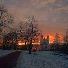 On instagram by olenka_muratova #landscape #contratahotel (o) http://ift.tt/2pcHglM закат   Фото сделано на бегу от охранников Александрии Почему у нас в парках запрещено снимать с квадрокоптера? А еще почему люди на него так реагируют как будто мы летающую тарелку с гуманоидами в космос запускаем?!   #sky #sunset #evening #snow #spring #clouds #russia #petergof #castle #church #architecture #chapel #ghotic #nature  #александрия #петергоф #небо #закат #весна #снег #архитектура…