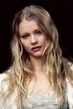 Emilie Brick Adrian Smith, Emilie De Ravin, Spanish Actress, Evangeline Lilly, Love Her Style, Ouat, Woman Face, Hair Beauty, Beautiful Women