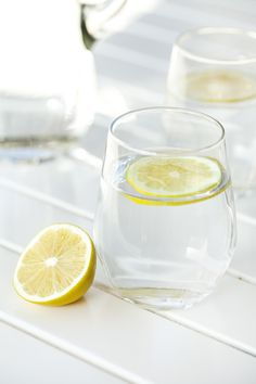 Here find how to make slimming detox water burning belly fat.Detox water recipes to lose weight , for clear skin, debloat and flat belly at home Limoncello, Best Detox Water, Lemon Health Benefits, Lemon Uses, Water Aesthetic, Drinking Lemon Water, Food For Digestion, Watermelon Fruit, Home Health