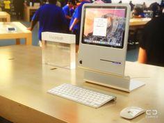 初代「Macintosh」へのオマージュとなっている。フロッピーディスクでなくSSDフラッシュメモリを差し込むところに注目。CURVED/LABS