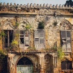 Una villa una volta sontuosa, sommersa dalle strutture industriali di Porto Empedocle... :-)