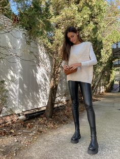 Sweater Vest Outfit, Leather Leggings Outfit, Long Sweater Vest, Sweaters And Leggings, Outfits With Leather Pants, Outfits Leggins, Vest Outfits, Preppy Outfits, Mode Outfits