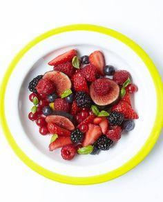 Recette Minceur  :     Salade de fruits rouges et noirs au basilic pour 4 personnes – Recettes Elle à Table  - #Recette