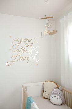 Idée n°17 : un joli message en stickers.   23 idées déco pour la chambre bébé >> http://www.homelisty.com/23-idees-deco-pour-la-chambre-bebe/