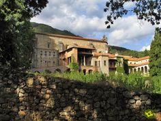Monasterio de Yuste se encuentra cercano a la localidad de Cuacos de Yuste, en la comarca de La Vera al noreste de la provincia de Cáceres, en un bonito y tranquilo lugar de las estribaciones de la sierra de Tormantos