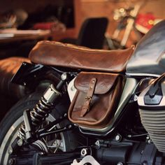 Moto Guzzi custom cafe racer Cb400 Cafe Racer, Suzuki Cafe Racer, Guzzi V7, Moto Guzzi, Biker Gear, Motorcycle Gear, Jawa 350, Honda Cg125, Cafe Racer Helmet
