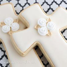 Decorated sugar cookies for a communion. Gold, ivory and a bit of white combine to make classic looking cross cookies. Carrot Cookies, Vanilla Cookies, Easter Cookies, Royal Icing Cookies, Cupcake Cookies, Sugar Cookies, Christening Cookies, Cross Cookies, First Communion Cakes
