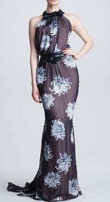 大きなカーブで、フェミニンさを活かすのがロマンティックタイプ。こんなロングドレスなら華やかにシックに着こなせそう。