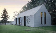 Kanadský architektonický ateliér YH2 postavil umalého jezera Lac Plaisant nedaleko Montrealu jednoduchý rodinný dům Window on the Lake neboli Okno najezeře. Má klasický tvar sesedlovou střechou, jenž jezdůrazněn obložením světlým cedrovým dřevem. Interiér jesvětlý, útulný aopět plný dřeva. Čtveřice architektů dostalo za úkol postavit nový dům, který by nahradil starou rodinou chalupu stojící naútulném místě […]