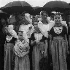 Walcheren 1954, dames en meisjes in klederdracht onder paraplu Collectie Stadsarchief Amsterdam #Zeeland #Walcheren #ZuidBeveland #katholiek