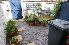 Turning a concrete terraced yard into a garden-img - Ideas Small Back Gardens, Small Courtyard Gardens, Small Terrace, Terraced Backyard, Small Backyard Landscaping, Backyard Ideas, Terraced House, Patio Ideas, Landscaping Ideas