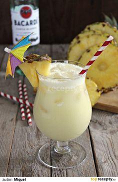 Všechny suroviny nalijeme do šejkru (nebo elektrického mixéru) s ledem, protřepeme a nalijeme do sklenice s ledem.Ozdobíme kouskem čerstvého... Pi A, Beverages, Drinks, Glass Of Milk, Cocktails, Food, Smoothie, Instagram, Pina Colada