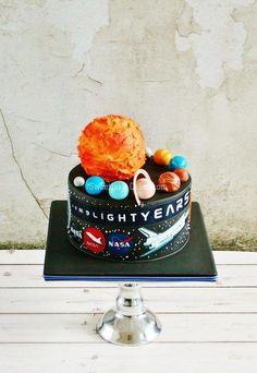 Blast off with these incredible outer space cake and cupcake designs! Informations About Blast off with these incredible outer space cake and cupcake designs! Cupcakes Design, Unique Cakes, Creative Cakes, Solar System Cake, Sully Cake, Cake Designs For Girl, Planet Cake, Galaxy Cake, Caking It Up