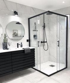 Snyggt att bryta av det vita badrummet med svarta detaljer, som hos @boogreis! Älskar verkligen den svarta duschen.