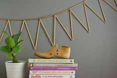 Use simple paper straws to create this unique geometric bunting. With a little metallic gold spray paint, it almost looks like metal. Looking Glass Spray Paint, Krylon Looking Glass, Spray Paint Cans, Gold Spray Paint, Spray Painting, Painting Tricks, Metallic Paint, Metallic Gold, Home Decor