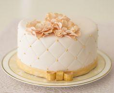 rosa_gold törtchen Elegant Birthday Cakes, Birthday Cake Crown, Yellow Birthday Cakes, 90th Birthday Cakes, Birthday Cakes For Women, Bolo Confetti, Cake Story, Bolo Cake, Berry Cake