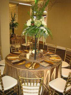 mantel dorado, centro de mesa bajo