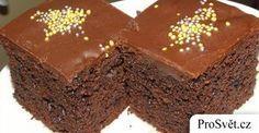 """Tzv. """"Hrnkové koláče"""" jsou podle mě nejlepší a nejjednodušší. Kdo by neměl rád tu lehkost, se kterou vysypává vše z jednoho hrnku, pak se těsto dobře promísí a v podstatě máme hotovo? Dnes mám pro vás čokoládový koláč, který se vyplatí například tehdy, když má přijít nečekaná návštěva nebo máte prostě chuť na něco sladkého. …"""