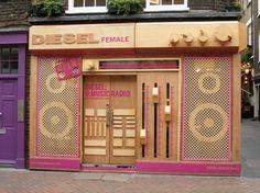 Fachada de loja em forma de rádio em tom dourado e rosa