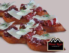 Mini tostas con tomate, jamón ibérico #MonteRegio y queso en lonchas ¡Feliz jueves!