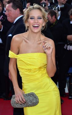 These colors really stand out...bright yellow gown and dark blue makeup/nails.  Luisana Lopilato